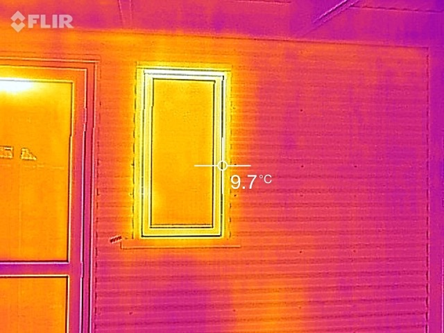 IR image of an aluminium-framed, double-glazed window